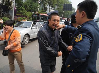 Lái xe nuốt chìa khóa xe khi bị cảnh sát giao thông 'tuýt còi'