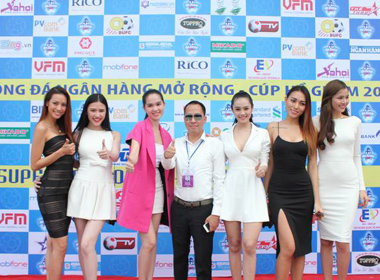 Ngọc Trinh cùng dàn mẫu nô nức dự khai mạc cúp bóng đá Hồ Gươm 2014