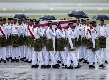 Thủ tướng Malaysia đã hành động bí mật để đưa nạn nhân MH17 về nhà