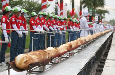 Bánh mỳ kỷ lục Việt Nam dài hơn 135m