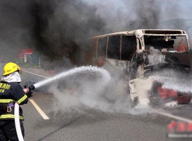 Xe khách bốc cháy, hơn 30 người thoát chết trong tích tắc