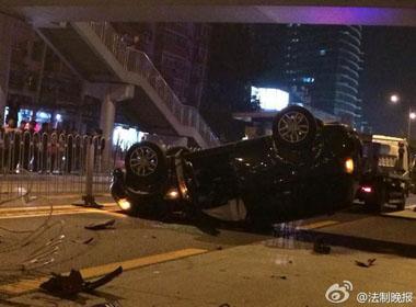 Xe hơi đâm hàng rào phân cách gây tại nạn
