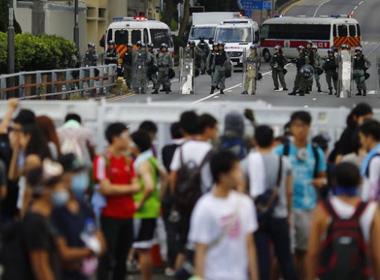 Rút cảnh sát chống bạo động, Hong Kong vẫn tắc