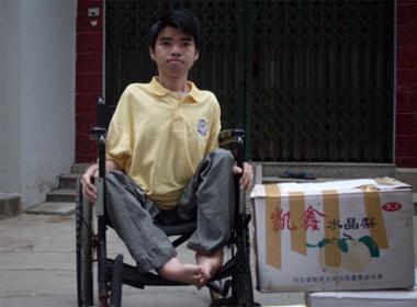 Chàng trai 'gõ bàn phím bằng đũa' với ước mơ trở thành kỹ sư lập trình