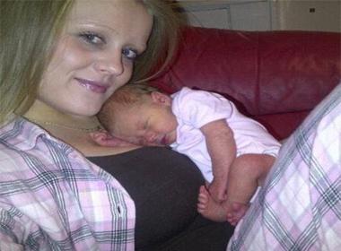 Đứa trẻ sơ sinh bị bố mẹ say rượu đè chết trên giường