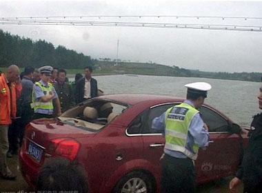 Gặp bão trên đường, 2 vợ chồng đi ô tô thiệt mạng