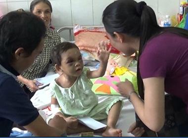 Bé gái 4 tuổi bị đánh biến dạng: Bé Ngân được đưa đi giám định thương tật