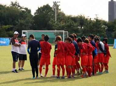 Đội tuyển nữ Việt Nam tập nhẹ trước trận gặp Hàn Quốc