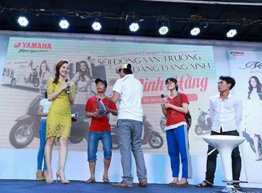 Minh Hằng tươi tắn diện váy ren xuyên thấu giao lưu cùng fans
