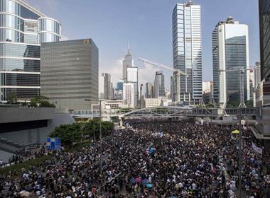 Người biểu tình ở Hong Kong bao vây Văn phòng Trưởng Đặc khu hành chính