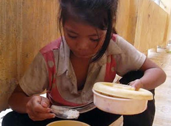 Xót lòng bữa cơm với muối ớt của học sinh Vân Kiều