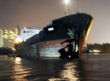 Tàu chở 400 khối xăng bị đâm trên sông Sài Gòn