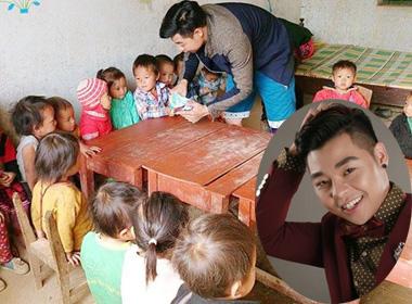Hình ảnh chàng ca sĩ giản dị chia quà cho các bé tại Lũng Cú gây xúc động