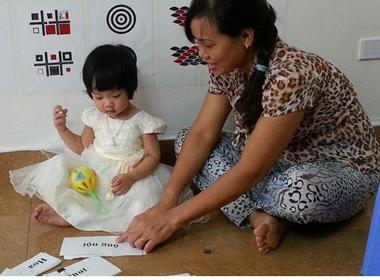 'Thần đồng' 16 tháng tuổi đọc 4 thứ tiếng nhờ cách dạy của mẹ 8X