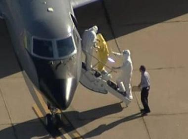 Nhân viên y tế Mỹ không mặc đồ bảo hộ khi vận chuyển bệnh nhân Ebola