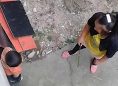 Mẹ đánh con không thương tiếc vì làm quần bị phai màu