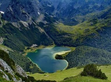 Những hồ nước tình yêu hình trái tim