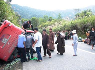 Lao vào vách núi, xe khách chở 30 người lật úp ở Huế