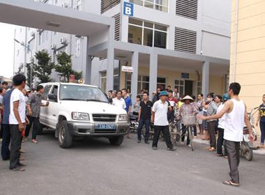 Người nhà bé 11 tuổi tử vong vây kín bệnh viện Quốc Oai, Hà Nội