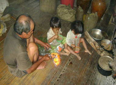 Quá túng quẫn, vợ chồng trẻ ăn lá ngón tự vẫn, bốn con nhỏ bơ vơ