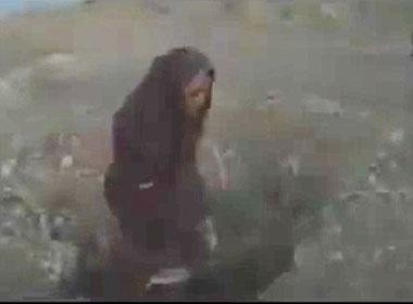 IS tung video ném đá một cô gái đến chết