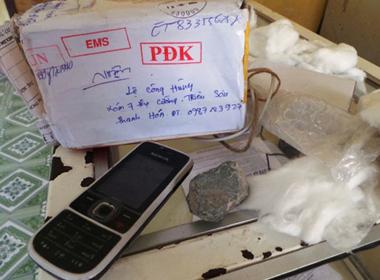 Gửi iPhone 5, nhận điện thoại 'cùi' và 2 cục đá?