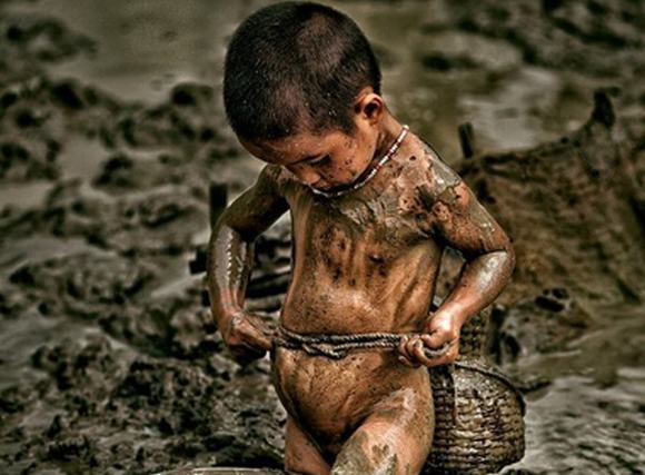 Xúc động mạnh với bức ảnh em bé Điện Biên 'thắt lưng buộc bụng'