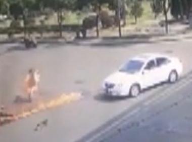 Xe máy va chạm ô tô tại ngã tư, một người bị bốc cháy