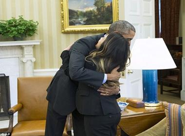 Tổng thống Obama ôm Nina Phạm sau khi cô xuất viện