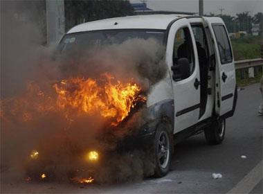 Ô tô 7 chỗ bất ngờ bốc cháy ngùn ngụt trên cao tốc Hà Nội
