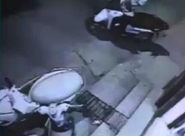 Sung sướng theo dõi tên trộm xe máy hành sự thất bại