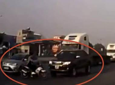 Clip: Vượt đèn đỏ, thanh niên bị ô tô húc bay người