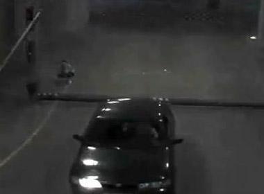 Clip ô tô cố vượt rào chắn và cái kết bất ngờ