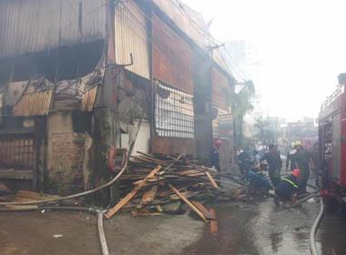Clip: Cháy lớn ở xưởng gỗ, cột khói bốc cao nghi ngút