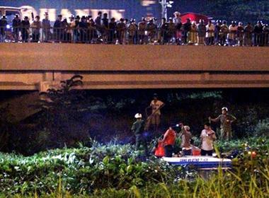 Người dân đứng chật kín cầu Sài Gòn xem bắt cướp lúc nửa đêm