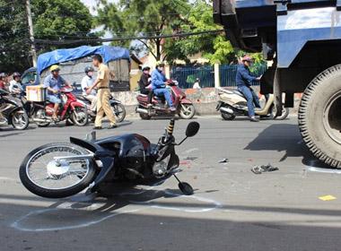 Thai phụ bị 'hung thần' xe ben kéo lê 5m ở Sài Gòn