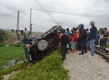 Vượt đường sắt, ôtô bị tàu hoả tông xuống ruộng