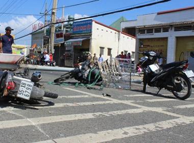 Cột đèn đường bỗng nhiên đổ sập, 3 người bất tỉnh