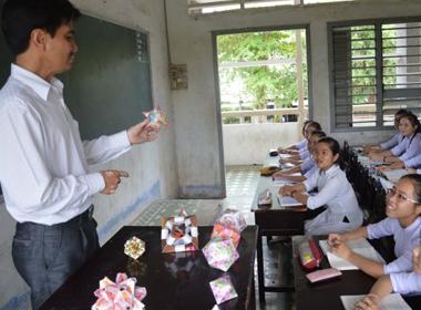 Phó hiệu trưởng dùng vé số dạy học