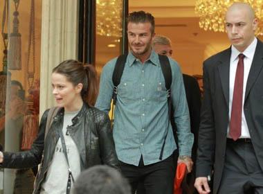 Beckham ăn mặc đơn giản nhưng cực cuốn hút khi rời Hà Nội vào TP.HCM