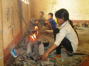 Học sinh tiểu học nấu cơm, chơi đùa trong dãy phòng sắp sập