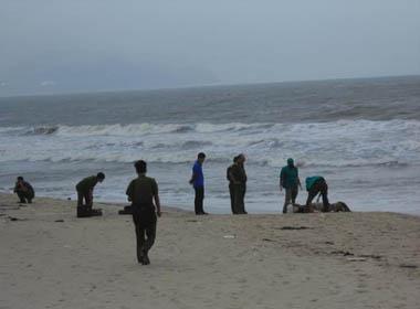 Phát hiện xác chết có nhiều hình xăm trôi dạt ở bờ biển