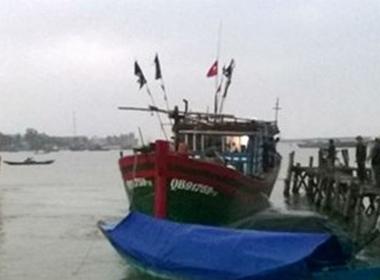 Cứu hộ 10 ngư dân trên tàu cá gặp nạn ngoài khơi biển Đông