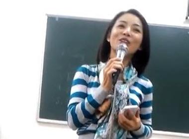 Cô giáo xinh xắn hát hay làm sinh viên thích mê