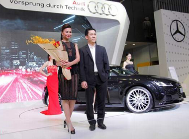 Thanh Hằng diện đầm xuyên thấu tạo dáng cùng xe sang Audi