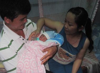 Bé gái mới sinh bị bỏ rơi trên rẫy cà phê ở Đắk Lắk