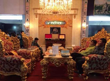 Nội thất 'khủng': Đèn, bàn ghế giá nửa tỷ 'đổ bộ' Hà Nội