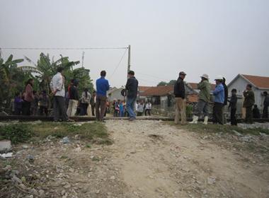 Nghệ An: Xe máy chở ba tông tàu hỏa, hai người tử vong