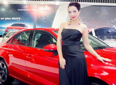 Thúy Hằng ngọt ngào khoe vai trần tham dự Vietnam Motor show 2014