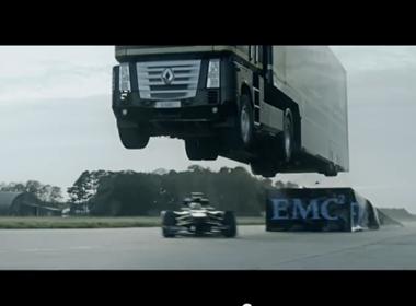 Xem xe đầu kéo bay qua đầu xe đua công thức 1